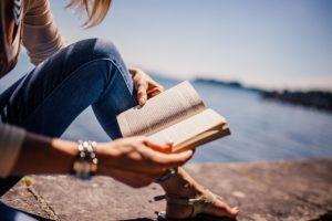 Femme qui lit l'histoire de willow